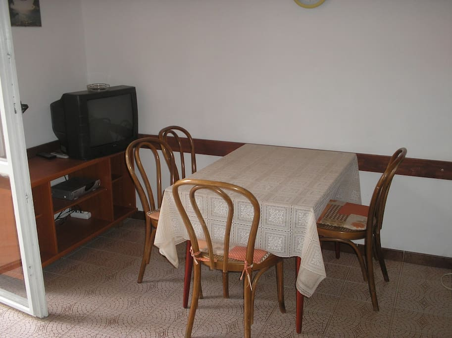 Wohn/Schlafzimmer mit Esstisch und SAT-TV