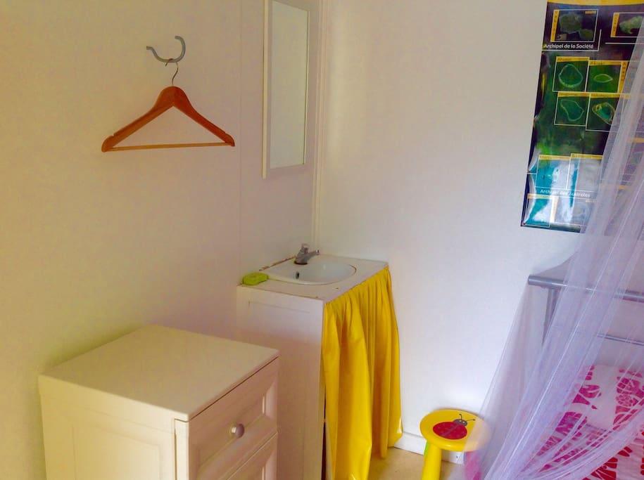 Lavabo privé et meuble de rangement