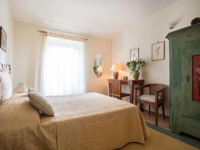 bedroom la gialla
