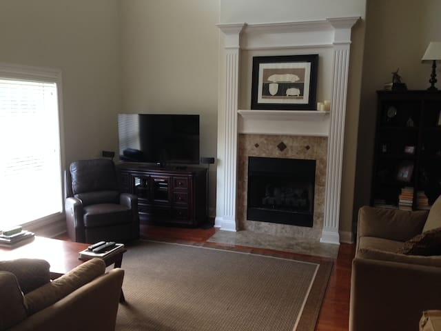 3 bedroom Townhome Near Airport - Madison - House