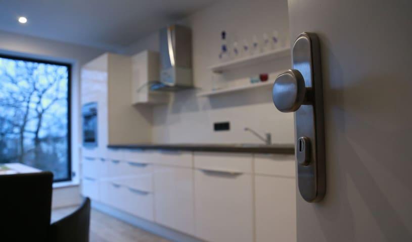 Eingang zur Wohnung. Blick auf die moderne vollausgestattete Küche