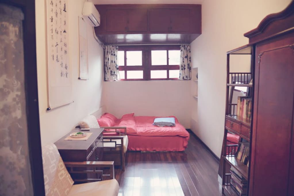 The  bedroom/ 大红床