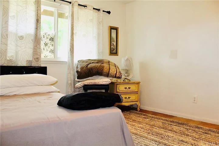 Cozy bedroom (No AC) in Moreno Valley, Riverside.