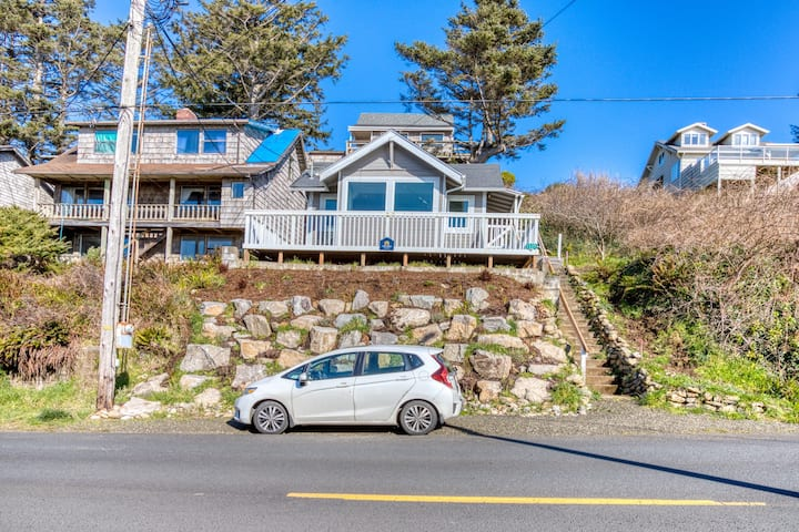 Pleasant dog-friendly house w/panoramic views - short walk to the beach!