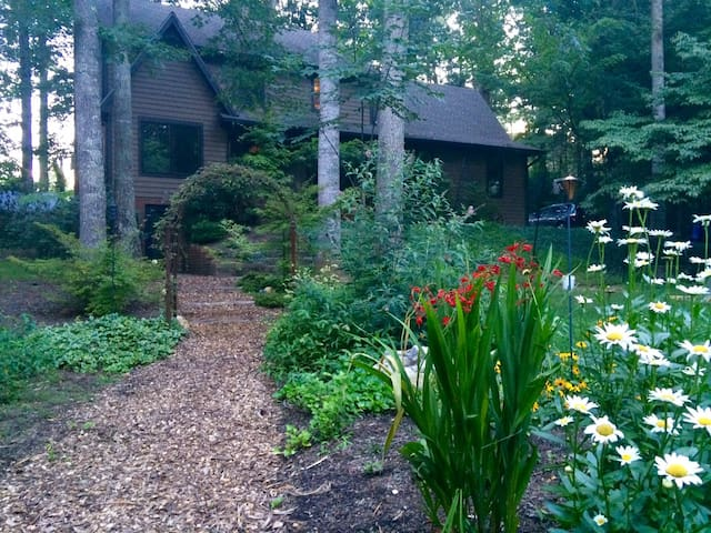Custom Home on 1.5 wooded acres - Arden