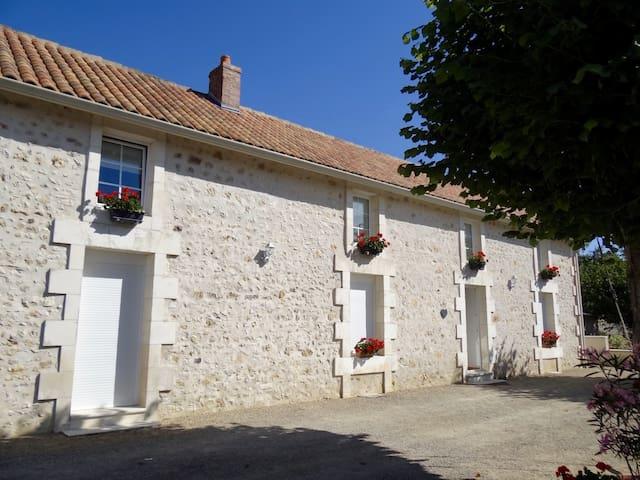Charmante maison de campagne avec piscine - Lhommaizé - Bed & Breakfast