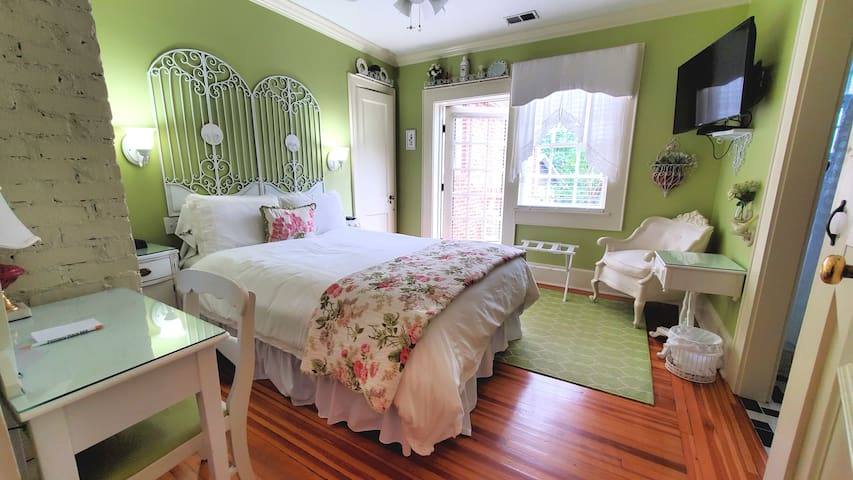 Queen bed with exit to private balcony