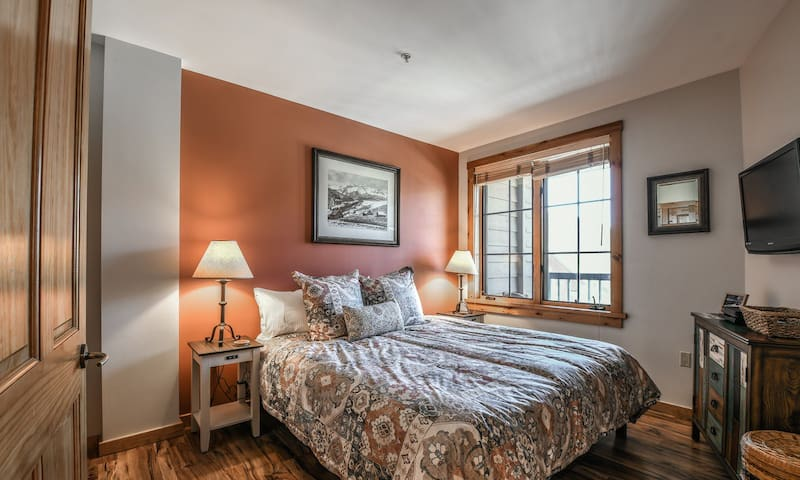 King size bed in master bedroom with luxury linens!