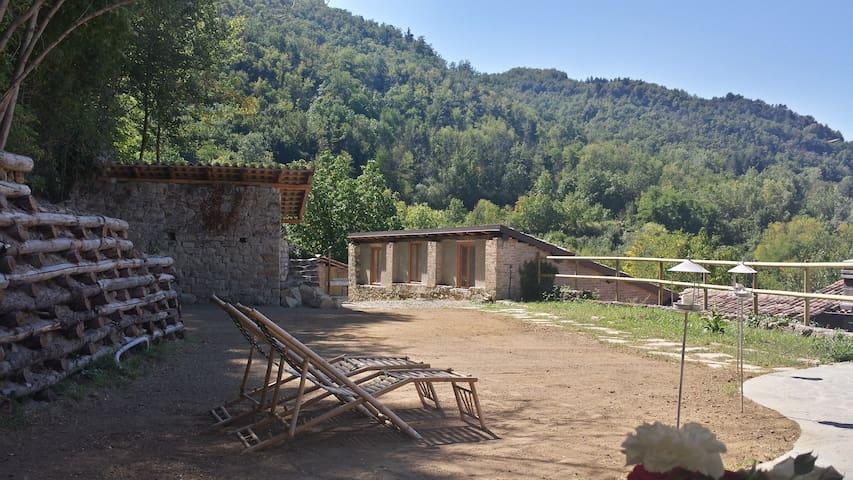 Intera casa in sasso con portici e giardini