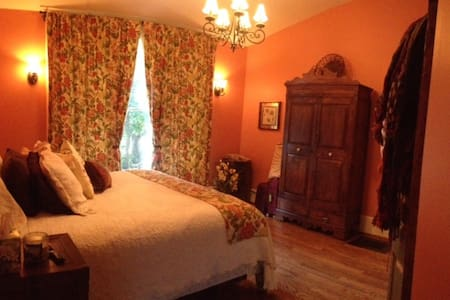 Historic Charmer Master Bed & Spa - Cookeville