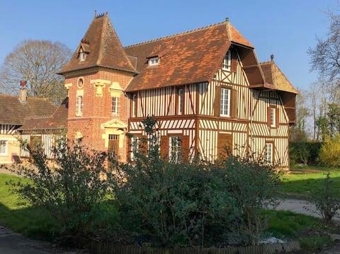 Rumah agam Norman di tengah-tengah estet berkuda