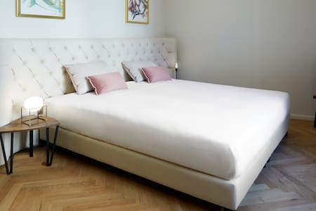La Stanza è dotata di un letto matrimoniale o due letti singoli. I materassi non vengono semplicemente accostati ma collegati con un innovativo sistema che assicura l'assenza di qualunque sensazione di discontinuità.