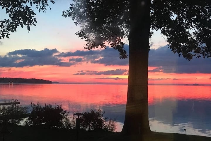 Sunset waterfront cottage right on Lake Simcoe