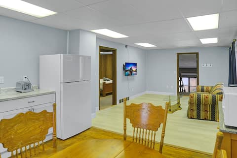 1 Block to College Ave Upstairs Apartmnt w/parking