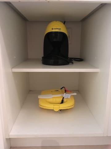 Cafeteira elétrica com filtro permanente (não necessita de filtro de papel) e sanduicheira elétrica