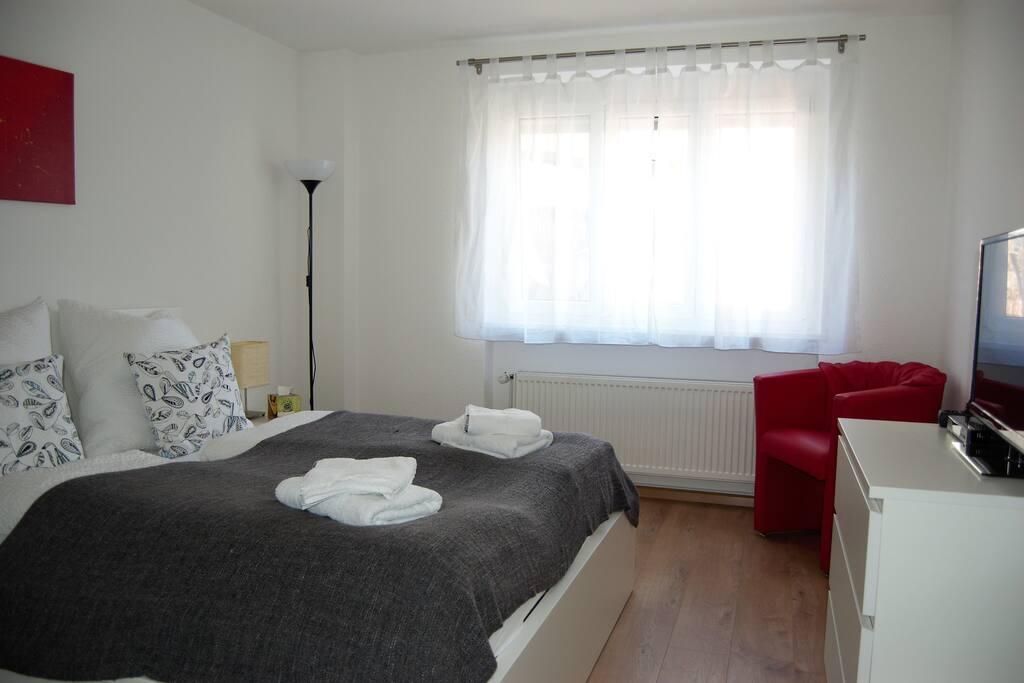 Zimmer mit 1,60m Bett, Regal, TV