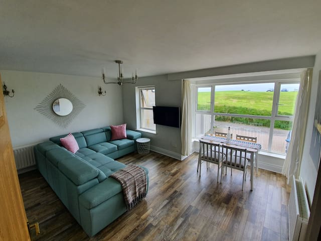 Family, sea side accomodation. Central location!