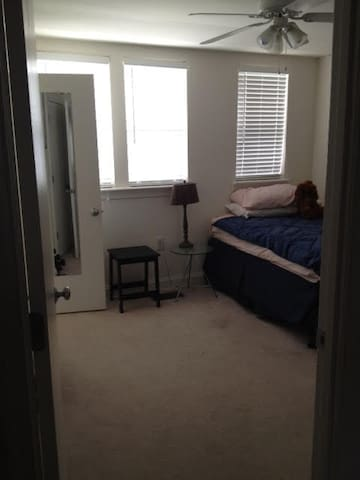 Walk to Metro! 1 Prvte Room & bath - Arlington