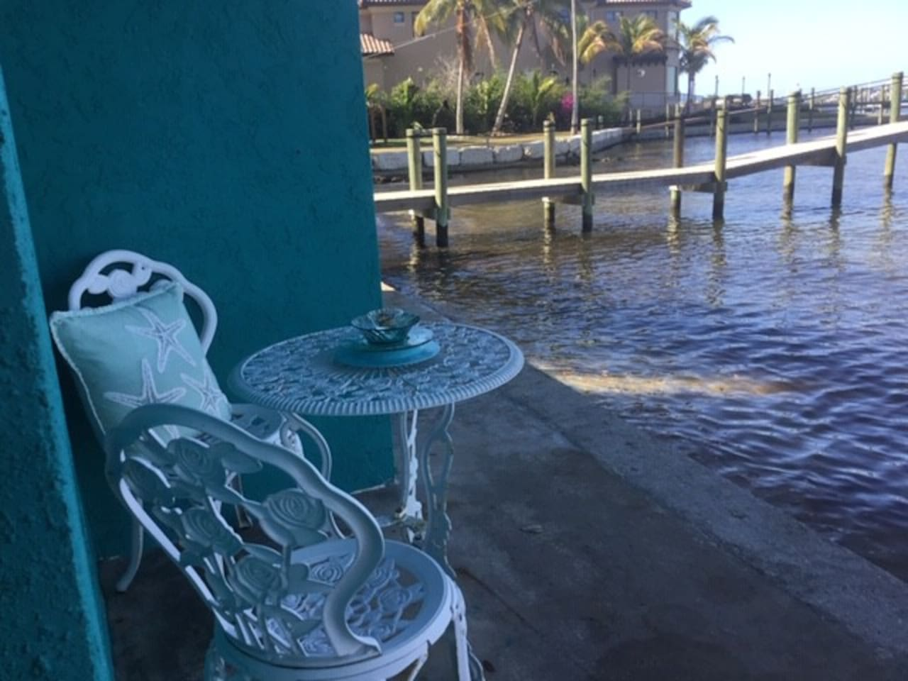 Only 10 minutes from the beaches of Anna Maria Island, relax on your quiet and beautiful deck on the Manatee River. Keep an eye out for manatees and dolphins!