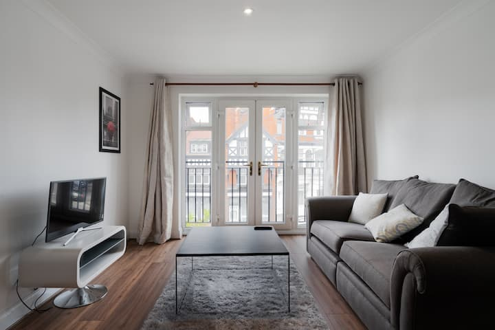 STUNNING 2 BED Serviced APARTMENT Town Centre