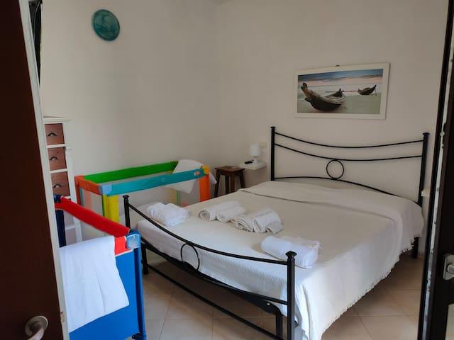 Camera da letto matrimoniale; in qs foto con possibilità di aggiunta due lettini da campeggio per bimbi piccoli fino 3 anni