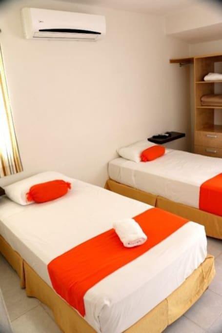 dos camas individuales en la otra pieza