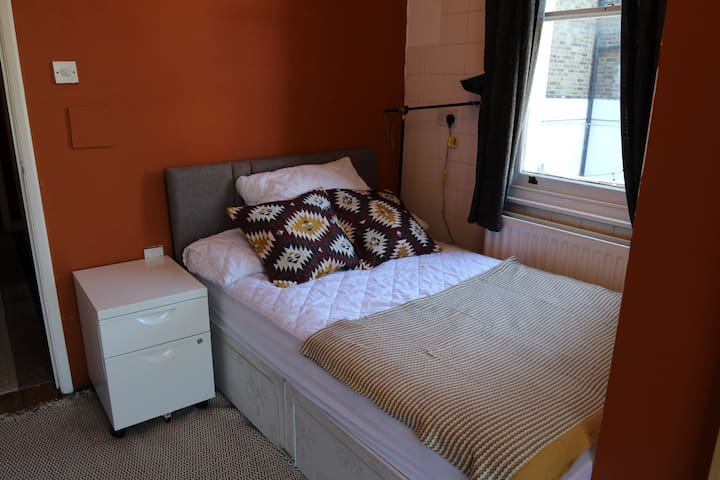 Double bed- Private Bathroom-East Dulwich London