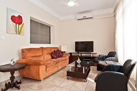 Casa aconchegante, próxima ao Shopping Iguatemi