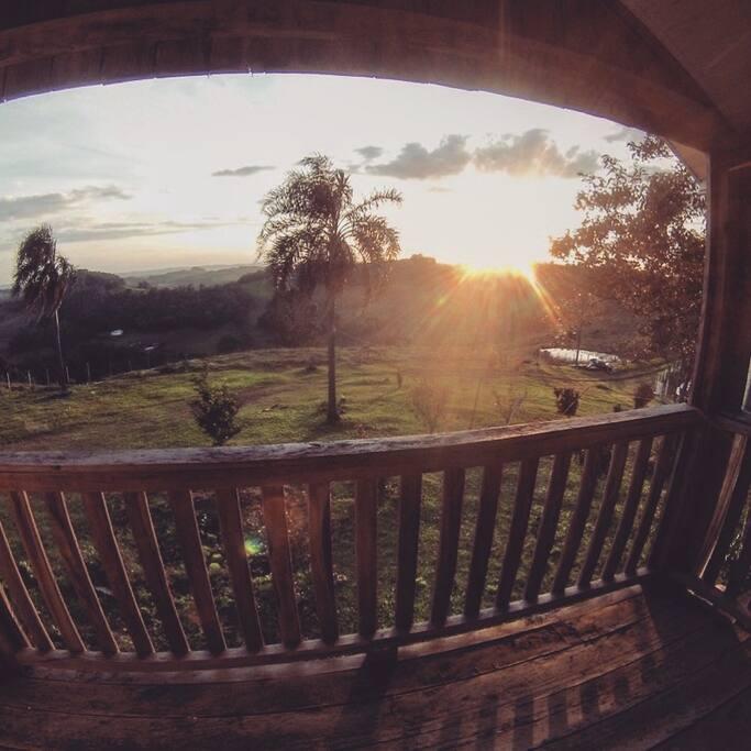 Sacada com vista para o pôr do sol no quarto compartilhado