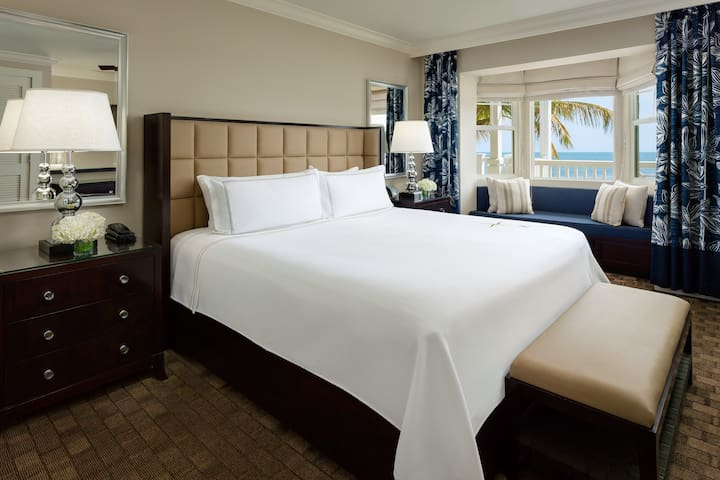 Ocean View King: Comfortable and modern decor