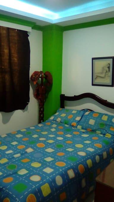 Confortable habiración, con kit de aseo personal, sábanas, toallas, también cuenta con WIFI y Zona de parqueo  al aire libre