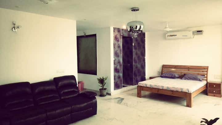 ''The Suite 22'' ultra spacious modern studio