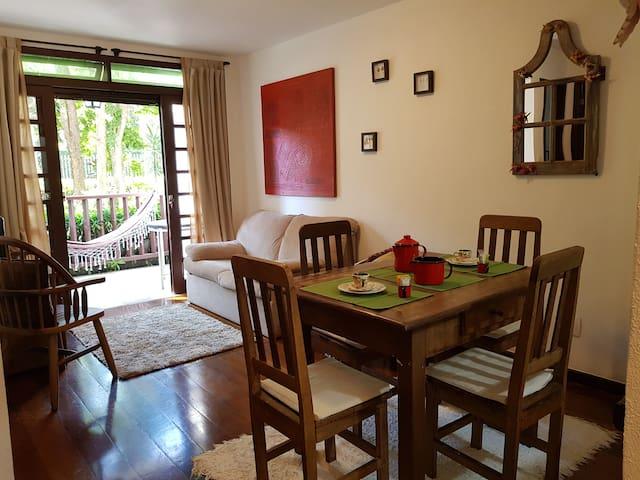 Aconchegante apartamento, ponto nobre em Itaipava!