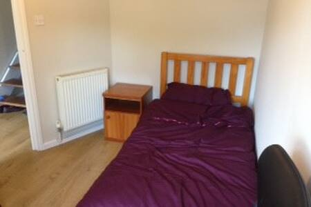 Single room in family home - Casa