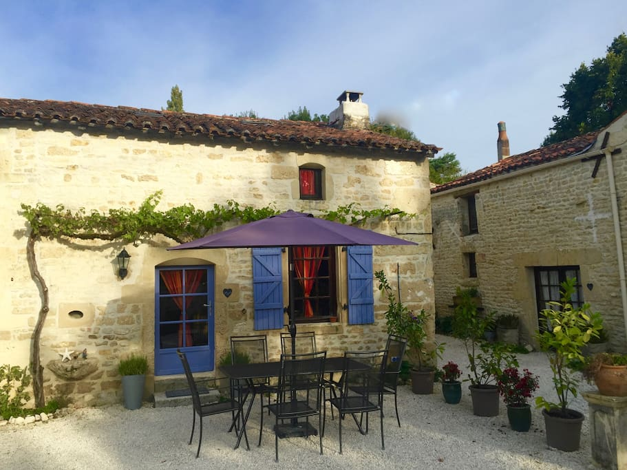 Les Vignes with outside dining space