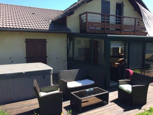 Proche Genève/ Jura villa familiale avec jacuzzi