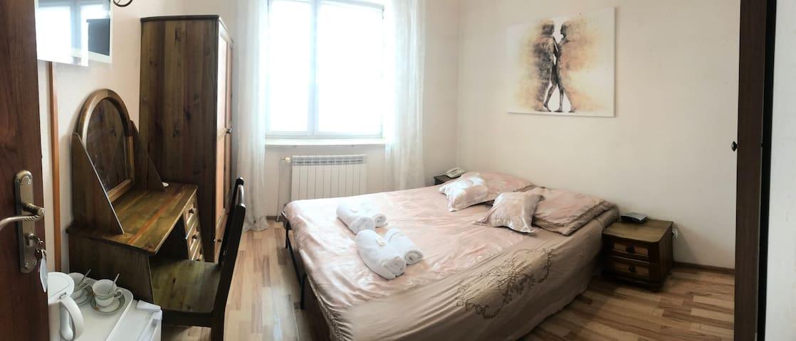 Pokój 2 osobowy z łazienką z 2ma poj łóżkami/1małż