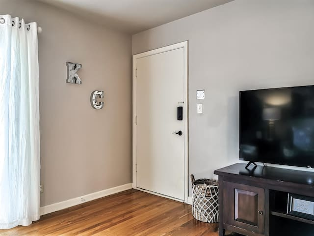M-07-3W Great Location!  King Bed!  Walk to Plaza!