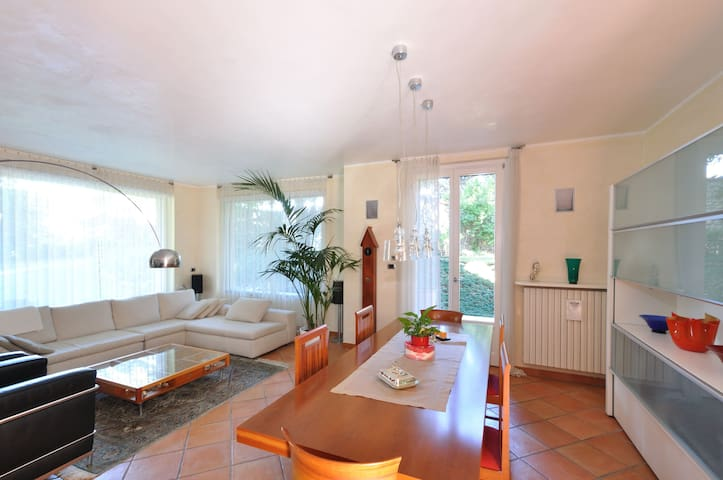 Tranquilla casa immersa nel verde - Carate Brianza - บ้าน