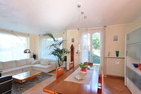Tranquilla casa immersa nel verde - Carate Brianza - Haus