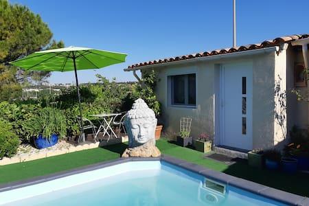 Chambre double au bord de la piscine