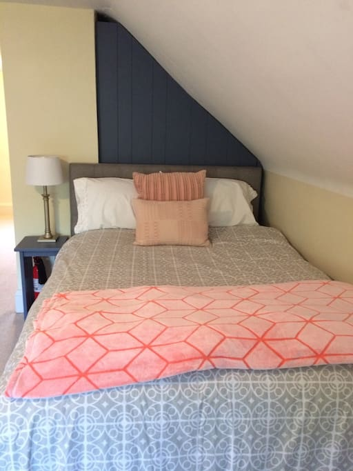 Attic guest room- full size bed