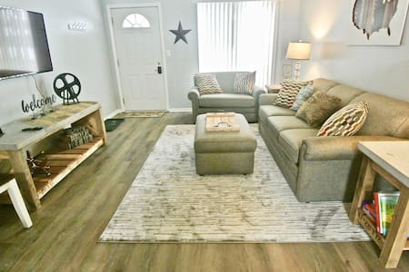 Classy 2 bd home in Grandville -Near everything!