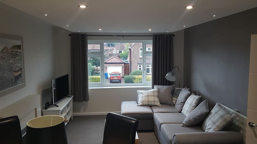 Immaculately presented through lounge 2 bed flat.