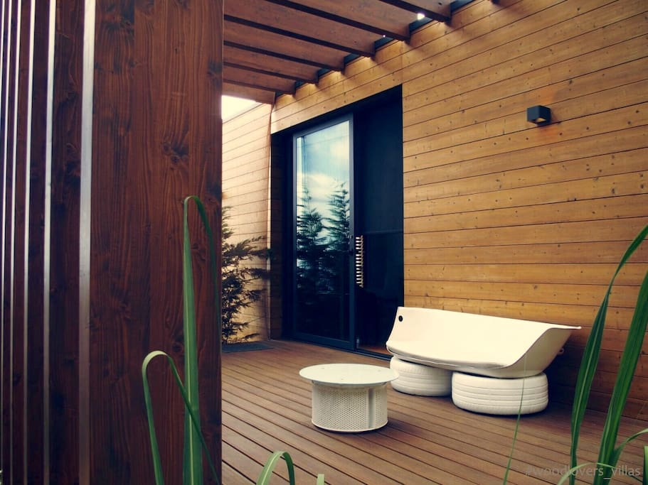 Entrance and Private Terrace - WoodLovers Mar®
