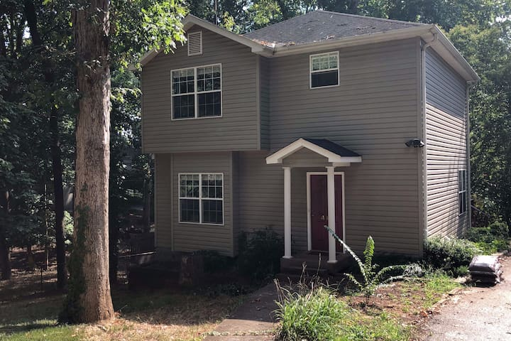 House Sleeps 6 - Three Miles from Downtown