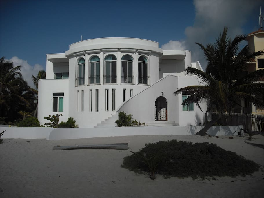 Casa Joya Escondida (Hidden Jewel) seen from the beach. The main floor Sapphire Suite is on the right, Topaz Suite is on the left.
