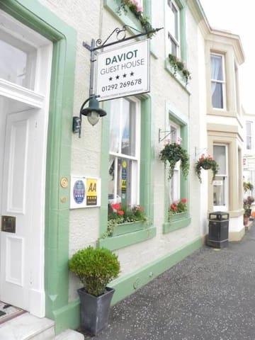 Daviot House beach side escape - Ayr - Bed & Breakfast
