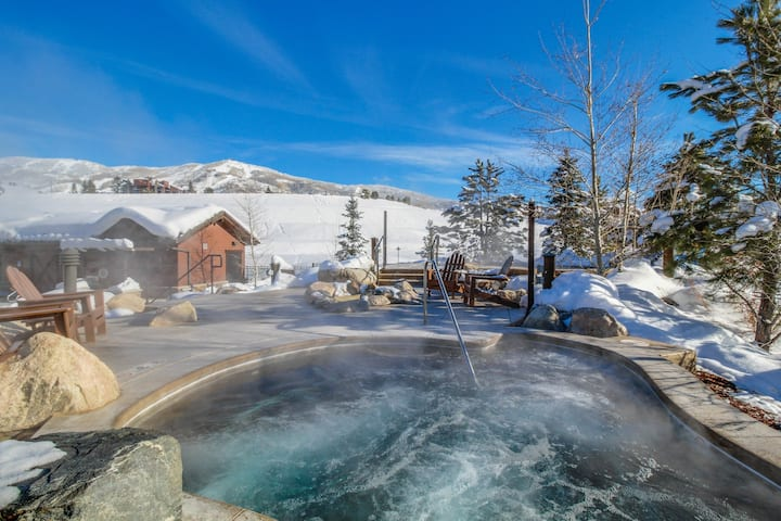 Cozy condo w/balcony, shared pool, hot tub, gym - gondola to slopes