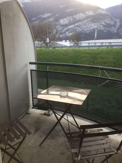 Balcon terrasse accueillant, vue sur le vercors